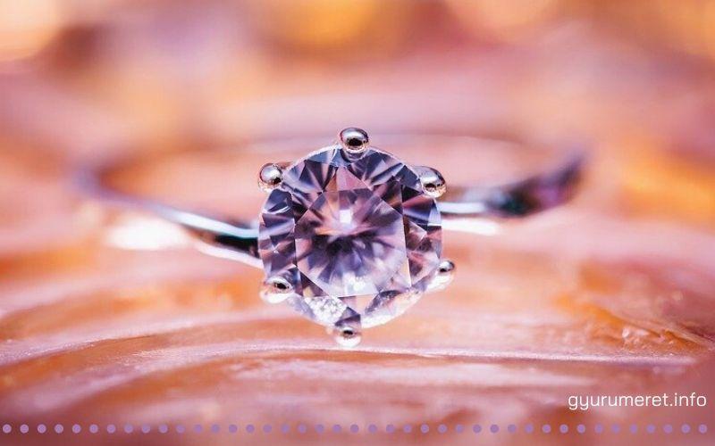 Eljegyzési gyűrű kővel