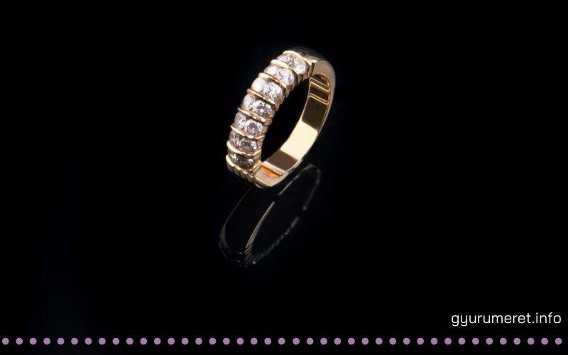 kősoros eljegyzési gyűrű
